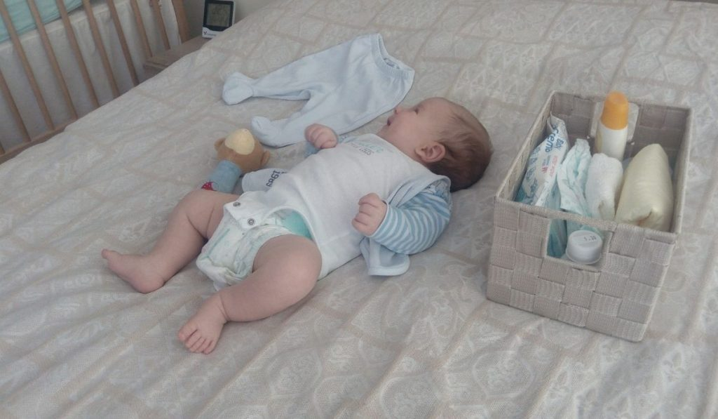 wickeln im schlafzimmer auf dem bett, gute ordnung beim wickeln schaffen