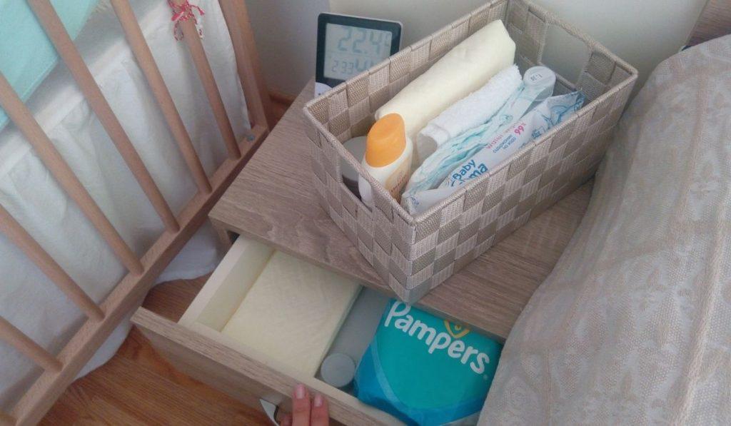 wickeln utensilien in eine schublade und eine box bringen: ordnung schaffen